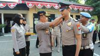 Polisi korban penyerangan di Polsek Wonokromo, Surabaya dapat kenaikan pangkat. (Foto: Liputan6.com/Dian Kurniawan)