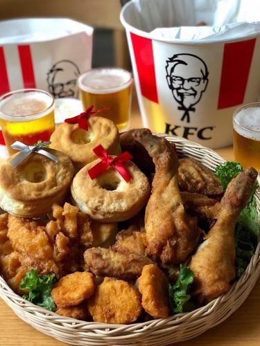 Ayam, kue, dan anggur menjadi teman saat perayaan Natal bagi orang Jepang.