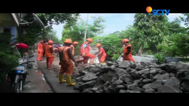 Tepi Kali Ciliwung dipasangi bronjong kawat, sebelum melakukan pemadatan jalan yang ambles, sepanjang 100 meter.