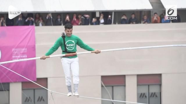 Seorang warga Maroko bernama Mustafa Danguir lakukan aksi ekstrem dengan melintasi dua gedung bertingkat di Santiago, Chili hanya menggunakan seutas tali dan tongkat sebagai penyeimbang.