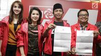Sekjen PSI, Raja Juli Antoni (kedua kanan) didampingi Ketua umum PSI, Grace Natalie (kedua kiri) menunjukkan Surat Perintah Penghentian Penyidikan (SP3) usai konferensi pers di kantor DPP PSI, Jakarta, Jumat (1/6). (Liputan6.com/Herman Zakharia)