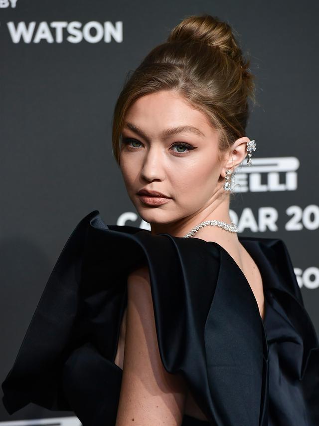 Pesona Gigi Hadid Bergaun Hitam di Milan