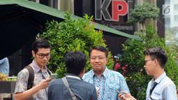 Dirut PT PJB, Iwan Agung Firstantara saat ditanya wartawan usai menjalani pemeriksaan oleh penyidik di gedung KPK, Jakarta, Jumat (12/10). Iwan Agung Firstantara diperiksa sebagai saksi untuk tersangka mantan Mensos Idrus Marham. (Merdeka.com/Dwi Narwoko)