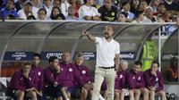 Manajer Manchester City Pep Guardiola tengah memberikan instruksi kepada pemainnya saat melawan Real Madrid pada laga pramusim International Champions Cup 2017, Kamis (27/7/2017). Manchester City menang 4-1. (AP Photo/Jae C. Hong)
