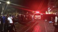 Mobil ambulans bergegas keluar rumah sakit saat gempa mengguncang Lombok Utara, NTB Minggu malam (5/8). BMKG menyatakan gempa memiliki kedalaman 15 km,terletak di 8.25 Lintang Selatan ,116.49 Bujur Timur Laut.  (AFP Photo/Rita Siswati)