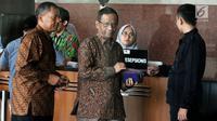 Mantan Ketua Mahkamah Konstitusi Mahfud MD usai mengisi buku tamu di gedung KPK, Jakarta, Kamis (13/9). Mahfud tiba sekitar pukul 09.55 WIB mengaku akan berdiskusi terkait kasus korupsi yang sudah merajalela di Tanah Air. (Merdeka.com/Dwi Narwoko)