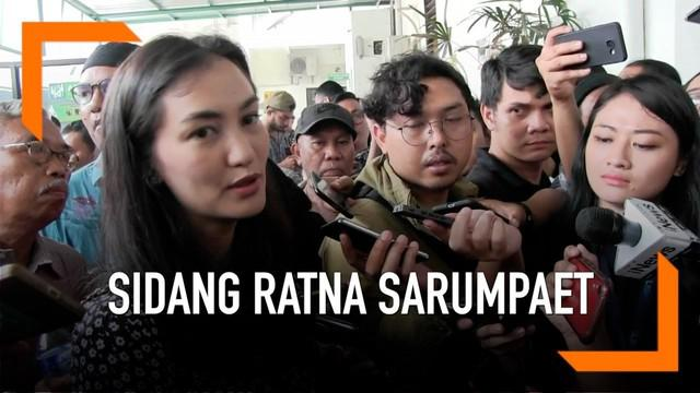 Ratna Sarumpaet jalani sidang perdana kasus penyebaran hoaks di Pengadilan Negeri Jakarta Selatan hari Kamis (28/2). Sang putri, Atiqah Hasiholan ikut dampingi dan sempat sampaikan pesan khusus kepada majelis hakim.