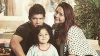 Audy Item dan Iko Uwais bersama putri mereka, Atreya [foto: instagram/iko.uwais]