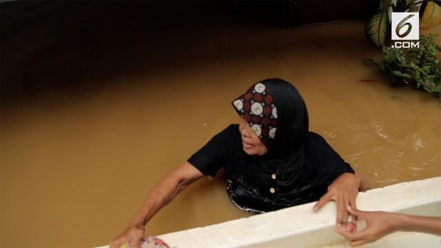 Setelah tiga tahun tak tergenang banjir, warga Kampung Melayu harus merasakan kembali dahsyatnya banjir akibat curah hujan tinggi.