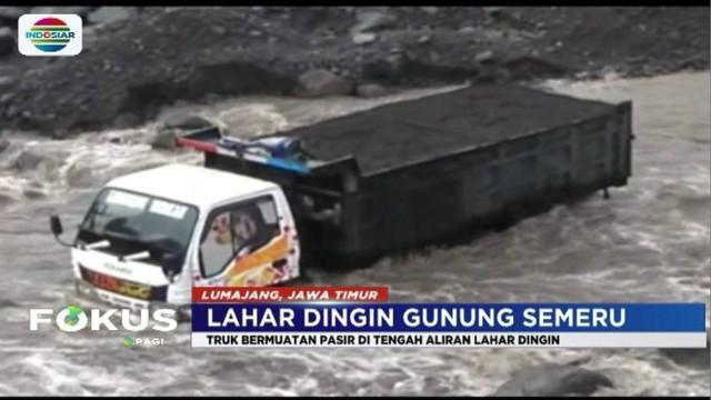 Akibat sopir tak mengindahkan peringatan, truk bermuatan pasir ini terjebak di lahar hujan Gunung Semeru.