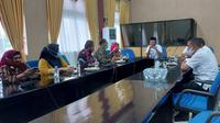 Para Pejabat Pemerintah Kota Palembang mendatangi Pemkot Bengkulu yang memiliki berbagai program menarik. (Liputan6.com/Yuliardi Hardjo)