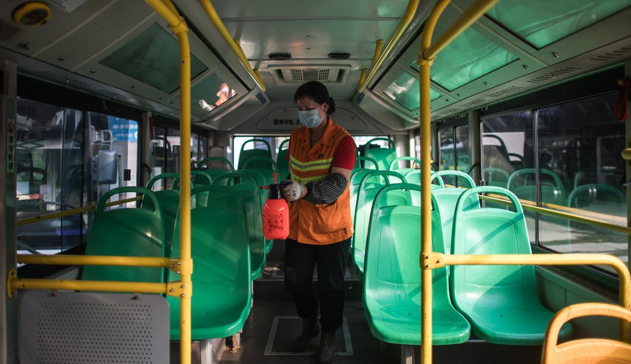 Zhao Zhenxiang dari perusahaan transportasi umum Wuhan mendisinfeksi sebuah bus di terminal di Wuhan, Provinsi Hubei, China tengah, pada 23 Maret 2020. Saat ini, Wuhan sedang bersiap memulihkan pengoperasian transportasi umum. (Xinhua/Xiao Yijiu)