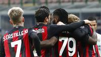 Gelandang AC Milan, Franck Kessie mencetak gol ke gawang Torino lewat eskekusi penalti dalam lanjutan Liga Italia Serie A 2020/2021. (AP Photo/Antonio Calanni)
