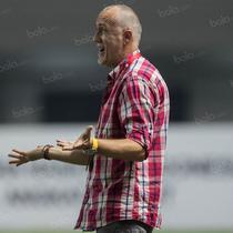Pelatih Borneo FC, Dragan Djukanovic, memberikan arahan kepada anak asuhnya saat melawan PS TNI pada laga Torabika Soccer Championship 2016 di Stadion Pakansari, Bogor, Jawa Barat, Senin (15/8/2016). (Bola.com/Vitalis Yogi Trisna)