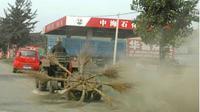 Memang cara menyapu di Indonesia masih terbilang biasa, tukang sapu membawa satu gagang sapu dan menyapu hingga bersih.