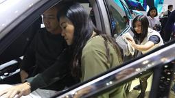 Petugas membersihkan membersihkan sebuah mobil di sela-sela pameran Gaikindo Indonesia International Auto Show (GIIAS) 2019 di ICE BSD, Tangerang, Sabtu (20/7/2019). Agar terlihat bersih, pekerja jasa itu bertugas memoles kendaraan selama berlangsungnya GIIAS 2019. (Liputan6.com/Angga Yuniar)