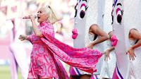 Penyanyi Katy Perry tampil sebelum dimulainya pertandingan kriket Piala Dunia T20 Perempuan ICC 2020 di Melbourne, Minggu (8/3/2020). Tunangan Orlando Bloom tersebut tampil secara langsung (live) di atas panggung untuk pertama kalinya sejak mengumumkan kehamilannya. (AP/Asanka Ratnayake)