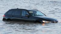 Arus pasang laut yang datang mendadak bisa cukup tinggi sehingga bisa menenggelamkan sejumlah mobil yang diparkir di pantai. (Sumber Western Daily Press)