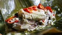 Masakan garang asam asal Jawa Tengah, biasanya proses pembuatanya dengan cara membungkus daging menggunakan daun pisang.