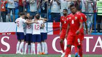 Pemain Inggris merayakan gol yang dicetak oleh Harry Kane saat melawan Panama dalam pertandingan Piala Dunia 2018 di Nizhny Novgorod Stadium, Rusia (24/6). Pada pertandingan ini Harry Kane berhasil mencetak tiga gol. (AP/Victor Caivano)