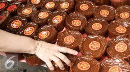 Kue keranjang yang dijual di kawasan Petak Sembilan, Jakarta, Senin (23/1). Biasanya kue keranjang ini  dibungkus dengan plastik transparan, namun ada juga kue keranjang yang dibungkus menggunakan daun pisang. (Liputan6.com/Yoppy Renato)
