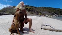 Hanya ditemani anjingnya, mantan miliarder David Glasheen hidup menyepi di pulau terpencil. (Sumber: Youtube)