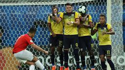 Para pemain Ekuador memblokir tendangan pemain Chile, Alexis Sanchez (kiri) saat bertanding dalam matchday kedua Grup C Copa America 2019 di Arena Fonte Nova, Salvador, Brasil, Jumat (21/6/2019). Chile melaju ke perempatfinal Copa America 2019. (AP Photo/Ricardo Mazalan)