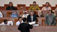 Ketua Pansus RUU Tapera, Yoseph Umar Hadi memberikan pandangan akhir kepada pemerintah yang di wakili Menteri PUPR Basuki Hadimuljono  mengenai Rancangan Undang-Undang Tabungan Perumahan Rakyat (RUU Tapera), Jakarta,  (23/2). (Liputan6.com/Johan Tallo)