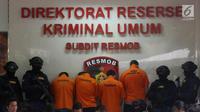 Empat WNA tersangka saat pengungkapan tiga kasus pencurian data elektronik (Skimming) di Polda Metro Jaya, Jakarta, Selasa (4/3). Empat tersangka tersebut berhasil diamankan Ditreskrimum Polda Metro Jaya. (Liputan6.com/Arya Manggala)