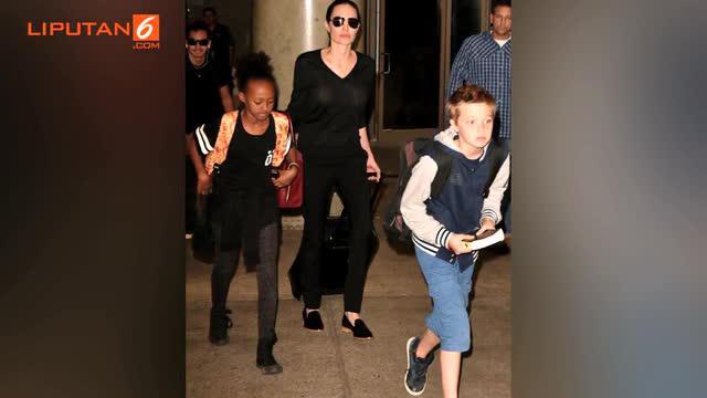 Angelina Jolie memilih membawa sendiri kopernya karena ingin menerapkan pola hidup sederhana bagi anak-anaknya.