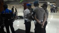 Pasca-ledakan, polisi berjaga-jaga di ITC Depok. (Liputan6.com/Atem Allatif)