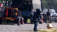 Personel Gegana mengamankan bungkusan diduga bom rakitan. (Antara)