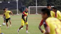 Pemain Sriwijaya FC Wildansyah saat berlatih di Stadion Sumatri Brojonegoro, Jakarta, Sabtu (17/10/2015). (Bola.com/Nicklas Hanoatubun)