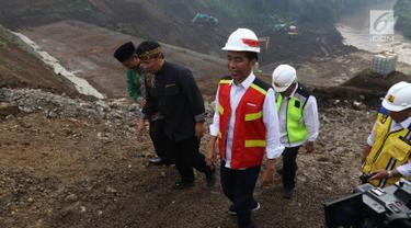 Presiden Joko Widodo atau Jokowi meninjau proyek Terowongan Nanjung di Kabupaten Bandung, Jawa Barat, Minggu (10/3). Terowongan Nanjung dibangun untuk memperlancar aliran Sungai Citarum. (Liputan6.com/Angga Yuniar)