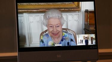 Ratu Elizabeth II memberikan senyuman pertamanya di depan publik sejak pemakaman Pangeran Philip. (Foto: Twitter Royal Family)