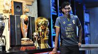 Jayus Hariono saat perkenalan jersey ketiga Arema musim depan di Malang (20/12/2019). (Bola.com/Iwan Setiawan)
