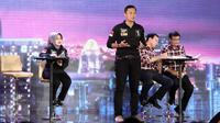 Agus Harimurti Yudhoyono memberi penjelasan saat Debat Cagub DKI Jakarta putaran ketiga di Auditorium Birawa, Jakarta, Jumat (10/2). Debat ke-3 ini mengangkat tema masalah kependudukan dan peningkatan kualitas hidup masyarakat.(Liputan6.com/Faizal Fanani)