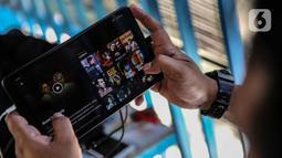 Warga nonton film  Indonesia di salah satu aplikasi perangkat elektronik di Jakarta, Selasa (5/5/2020). Pasalnya, selain mengapresiasi pekerja film, karya film Indonesia juga telah banyak mendapat apresiasi dunia. (Liputan6.com/Faizal Fanani)