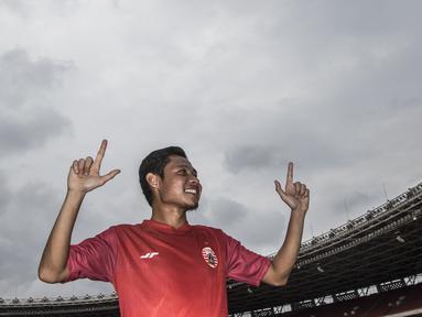 Pemain Persija Jakarta, Evan Dimas, bergaya dengan inisial The Jakmania saat latihan di SUGBK, Jakarta, Jumat (7/2). Latihan ini persiapan jelang Liga 1 Indonesia 2020. (Bola.com/Vitalis Yogi Trisna)