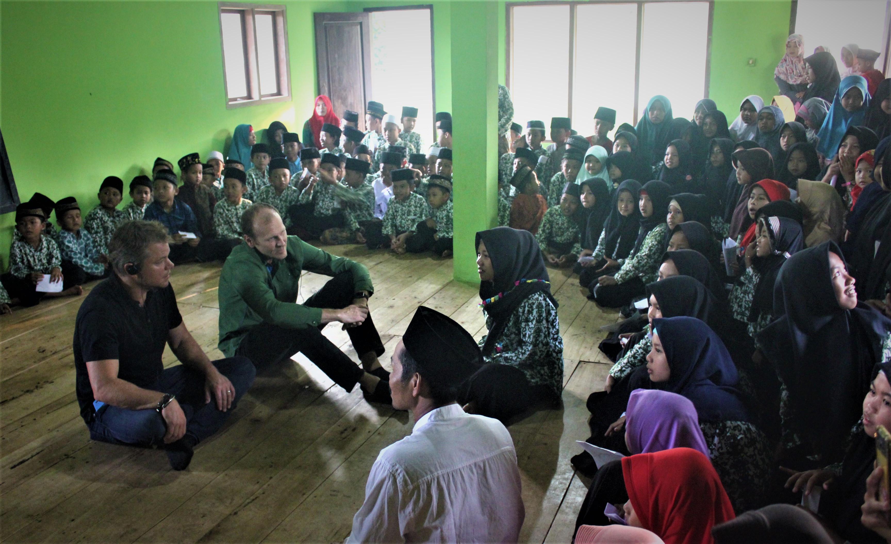 Matt Damon saat berkunjung ke Jawa Tengah, Indonesia untuk melihat dampak kemajuan program organisasi Water.org yang didirikannya. (Water.org)