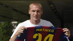 Barcelona mengamankan tanda tangan Jeremy Mathieu pada musim panas 2014. Bermain selama tiga musim, pemain asal Prancis itu gagal memberikan dampak yang besar bersama Blaugrana. (Foto: AFP/Lluis Gene)