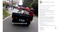 Ibu-ibu yang menebeng pickup dengan duduk di bak terbukanya menggunakan helm (IG:romansasopirtruck)