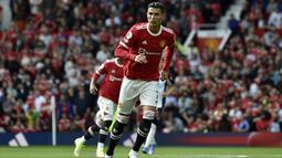 Penyerang Manchester United, Cristiano Ronaldo berlari saat bertanding melawan Newcastle United pada pertandingan Liga Inggris di stadion Old Trafford, Sabtu (11/9/2021). Ronaldo mencetak dua gol dan mengantar MU menang atas Newcastle 4-1. (AP Photo/Rui Vieira)