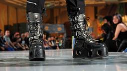 Jika biasanya fashion show identik dengan memamerkan koleksi busana, maka kali ini sepatu yang menjadi pusat perhatian, Jakarta, Jumat (9/5/2014) (Liputan6.com/Faisal R Syam)