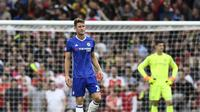 Ekspresi bek Chelsea, Gary Cahill usai gawang timnya kebobolan kala bersua Arsenal, pada lanjutan Premier League 2016-2017, di Emirates Stadium, Sabtu (24/9/2016) lalu. Posisi Cahill sebagai starter terancam setelah dianggap tampil buruk versus The Gunner