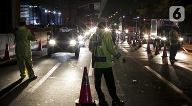 Polisi menggelar razia penyekatan di perbatasan Karawang-Cikarang, Bekasi, Jawa Barat, Sabtu (23/5/2020). Razia tersebut dilakuan untuk menyekat gelombang pemudik dari Jakarta menuju Jawa Tengah jelang Hari Raya Idul Fitri. (Liputan6.com/Johan Tallo)