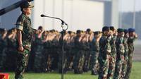Panglima TNI Jenderal TNI Moeldoko (kiri)