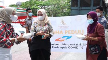 Klinik kecantikan Keisha Glow menggelar kegiatan Keisha Peduli untuk membantu warga tedampak PPKM (Liputan6.com/Fauzan)
