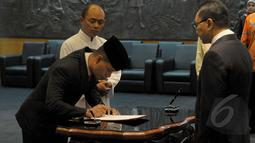 Ferry Kase menandatangani surat pelantikannya. Ia menggantikan Saleh Husin sebagai pengganti antar waktu, Jakarta, Kamis (22/1/2015). (Liputan6.com/Andrian M Tunay)