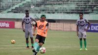 Pelatih PSMS, Djadjang Nurdjaman, saat memimpin latihan di Stadion Manahan, Solo. (Bola.com/Ronald Seger Prabowo)